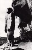Alain Roussot, enfant, étreint l'Homme primitif des Eyzies-de-Tayac