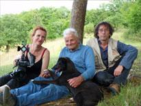 Sophie Cattoire, Gilbert Pémendrant et Vincent Lesbros lors du tournage du film : LE DERNIER PAYSAN PRÉHISTORIEN. Photo : Vincent Lesbros / FERRASSIE TV
